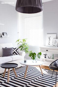 Wohnzimmer-News und Online-Raumplaner RoomSketcher- schwarz, weiß, holz. Teppich