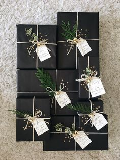 27 Free & Gorgeous DIY Christmas Gift Wrapping in 5 Minutes — remajacantik Beautiful & super easy DIY Christmas gift wrapping ideas, using upcycled brown paper & free natural materials to create festive designs that everyone loves! Noel Christmas, Winter Christmas, Christmas Crafts, Christmas Gift Ideas, Creative Christmas Gifts, Christmas Gift Decorations, Elegant Christmas, Christmas Centerpieces, Christmas Stairs