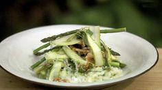 Tilsett litt syre i risottoen helt på slutten. Da får du fram den gode smaken av osten. Dette tipset får du helt gratis fra Tareq Taylor i TV-serien Hygge i hagen. Han vil at risottoen skal være litt mer spennende, så derfor tilsetter han eple, tynne skiver av asparges og valnøtter. Tareq Taylor, Asparagus, Risotto, Cabbage, Vegetables, Ethnic Recipes, Food, Meal, Essen
