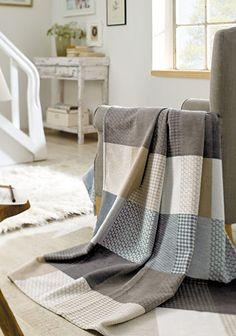 """Die Wohndecke """"Cotton Pur"""" von Ibena macht nicht nur mit dem angesagten Karo-Design auf sich aufmerksam – die Wolldecke aus 100% Baumwolle ist auch zauberhaft anschmiegsam und sorgt so für gemütliche Stunden auf der Couch."""