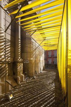 Perfiles metálicos de Mecalux sirviendo de estructura en el montaje de arquitectura del festival Lluèrnia de Olot.
