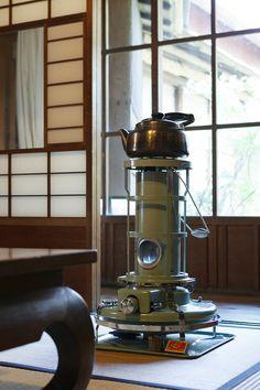 アラジンのストーブがこれだけ似合うというのも白倉邸ならではかもしれない。 Oil Heater, Japanese Style House, Kerosene Heater, Antique Stove, Japanese Aesthetic, Japanese Interior, Room Tour, Winter House, Apartment Interior