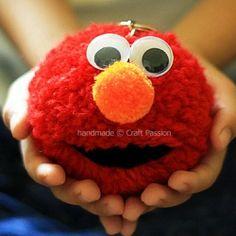 A tutorial of how to make Elmo by using pom pom. New Year's Crafts, Craft Stick Crafts, Diy Crafts, Pom Poms, Pom Pom Tutorial, Mundo Craft, Elmo Cookies, Elmo And Cookie Monster, Pom Pom Maker