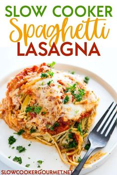 Cooker Spaghetti Lasagna is a super simple way to get your lasagna fix without spending hours of your day in the kitchen! Layers of pasta, sauce, and cheese topped off with yet more cheese, this recipe is absolutely delicious! Slow Cooker Lasagna, Slow Cooker Pasta, Slow Cooker Recipes, Crockpot Recipes, Cooking Recipes, Atkins Recipes, Gourmet Recipes, Spaghetti Lasagna, Vegetarian Spaghetti