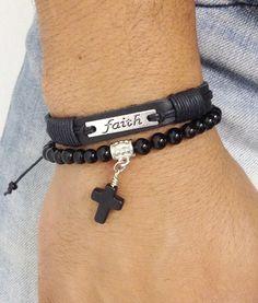 """Kit de pulseiras unissex composto de 2 pulseiras sendo: - 1 pulseira de pedra natural ônix em fio de silicone com crucifixo de pedra preto - 1 pulseira de couro natural com placa métalica """"Faith"""" Fé > Informe no pedido o tamanho do seu punho que faremos personalizados. Para medir seu punho u..."""