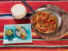 Fajitas med smeltet cheddarsaus, paprika og løk Tex Mex, Fajitas, Tacos, Spaghetti, Ethnic Recipes, Foods, Red Peppers, Food Food, Food Items