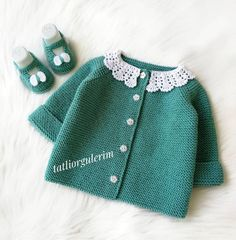 Bebek Giyim Modasına Yön Veren 47 Harika Örgü Modelleri The clothing culture is very old. Baby Sweater Knitting Pattern, Baby Hats Knitting, Baby Knitting Patterns, Knitting Designs, Knitted Hats, Baby Outfits, Kids Outfits, Baby Dress Tutorials, Knitted Baby Clothes