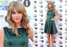 Mindenki őt nézte! Csodaszép ruhában jelent meg az énekesnő | femina.hu