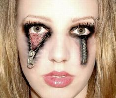 Are you looking for ideas for your Halloween make-up? Browse around this site for perfect Halloween makeup looks. Maquillage Halloween Zombie, Halloween Eye Makeup, Halloween Eyes, Scary Makeup, Creepy Halloween, Cool Halloween Costumes, Halloween Clothes, Zombie Makeup, Halloween Horror