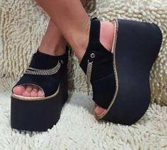 Sandalia Cadena Plataforma Entera Moda Verano 2017 2018 - $ 790,00 Sock Shoes, Shoes Heels Boots, Heeled Boots, Gothic Shoes, Casual Chic Summer, Flip Flop Shoes, Sexy High Heels, Platform Boots, Me Too Shoes