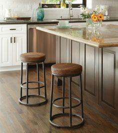 chaises de bar de style industriel avec pieds en métal et assises en bois dans…