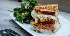 Découvrez la recette de grilled cheese au brie, poires et noix telle que cuisinée par Antoine Sicotte dans le cadre de son émission Chef de Tribu sur les ondes de Zeste. Brie, Dessert Express, Sandwiches, Brunch, French Toast, Grilling, Cheese, Snacks, Cooking