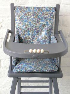 Une chaise haute ancienne repeinte en gris avec un bel for Chaise haute babybjorn