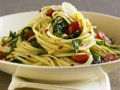 Ein Klassiker, der immer wieder gut ankommt. Pasta mit Tomaten und Basilikum - smarter - Kalorien: 384 Kcal - Zeit: 30 Min. | eatsmarter.de