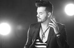 No Dia do Orgulho LGBT cantor Thiago di Melo tem seu clipe exibido na TV