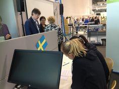Etelä-Kymenlaakson ammattiopistosta tulevat matkailu kilpailijat Nina Silvo ja Sara Hietala ruotsin tehtävän parissa.
