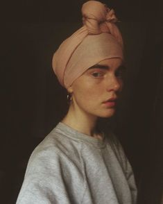 I really like this? It gives me The girl with the pearl earring vibes, but in a grey sweatshirt. I'm digging this.