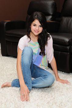 Selena Marie Gomez is an American singer, actress, and producer. Selena Gomez Cute, Selena Gomez Outfits, Selena Gomez Pictures, Selena Gomez Style, Taylor Swift, Selena Gomez Wallpaper, Alex Russo, Marie Gomez, Victoria Justice
