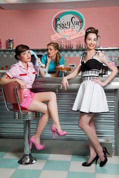 Camisa rosa con detalles en rojo, pantalon corto rojo y rosa, top negro con detaalles en blanco y falda blanca con fajin de piano, uniforme camarera diner.#Presumidas #AndreaPalau #soypresumida #PresumidasElegance #moda #moda50s #años50 #1950sfashion #ropavintage #m#pinup #pinupgirl #fiftties #fifttiesstyle #fifttiesgirl #cool #estampadosvintage odavintage #vintagestyle #vintageoutfits #vintagetrends