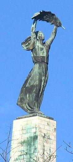 A Szabadság szobor a Gellérthegy tetején. A szabadságot jelképező bronz szobor, a béke pálmaágát magasba tartó 14 méter magas nőalak Kisfaludi Strobl Zsigmond 1947-ben készült alkotása.