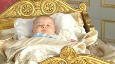 Das war aber auch ein anstrengender Mittag! Baby-Prinz Alexander verschlief den Empfang nach seiner Taufe in einer prunkvollen Wiege mit langer Geschichte.