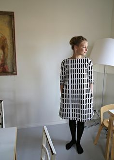 Such a beautiful dress! Kirsikka of Mekkotehdas used a black and white Alvar Aallon Siena fabric. Stylish Dress Book, Stylish Dresses, Funky Outfits, Casual Outfits, Dress Up Wardrobe, Pretty Dresses, Beautiful Dresses, Marimekko Dress, Moda Casual