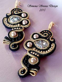 """Nuovi orecchini realizzati in tecnica soutache. Ho utilizzato i cabochon a goccia Swarovski nella nuova colorazione """"Patina Gold"""" che adoro ..."""
