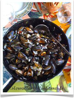 """""""Moules des Merveilles    - vos moules propres et bien fraîches    - un beau bol de riz cuit    - 4 échalotes    - 1 petit oignon    - 2 gousses d'ail    - 20 gr de beurre    - 1 bouquet de persil plat    - 1 pincée de piment d'Espelette    - 2 cuillères à soupe de graines de fenouil    - 1 cuillère à café de graines de coriandre    - 2 petites tomates    - 1 filet d'huile d'olive    - 1/2 bouteille de blanc sec"""" @Merveilles et confitures"""