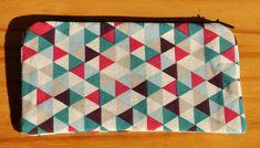 Dvíčí+geometrie+Kapsička+na+drobnosti,+které+byste+jinak+hledali+na+dně+batohu+či+kabelky.+Rozměry+15x9+cm.+Vnější+látka+je+bavlněné+plátno+s+geometrickým+vzorem+v+růžové,+fialové,+petrolejové+a+bílé+barvě.+Zip+v+černé+barvě,+uvnitř+černé+plátno.+Je+možné+prát+na+30+stupňů.+A+žehlit+látkovou+část.