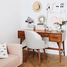 Задумывались ли вы над тем, как выглядит дом fashion- и beauty-блогера? Человека, который часто делает раскладки, тестирует продукты и, в целом, заполняет свой инстаграм-профиль и блог такого рода контентом? Небольшие апартаменты Kate La Vie находятся в Глазго. И если когда-нибудь появится музей блогерства и флет-леев, то дом Кейт со всеми мраморными поверхностями, подносами из стекла, правильными растениями и пушистыми коврами займет...