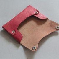ポケットティッシュケース(ピンク) Leather Diy Crafts, Leather Bags Handmade, Leather Projects, Leather Craft, Leather Wallet Pattern, Sewing Leather, Leather Pouch, Leather Book Covers, Leather Books