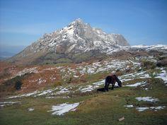 La bella ruta cima L'Angliru se localiza en la Sierra del Aramo en el concejo de Riosa  y en plena montaña central de Asturias.  La Sierra del Aramo está declarada como Paisaje Protegido