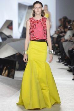 Top rosa e gonna gialla di Giambattista Valli
