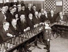 Samuel Reshevsky, un joven de ocho años, derrotando a varios maestros del ajedrez en Francia (1920)