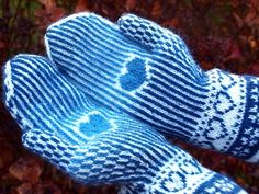 mittens with a heart Knitted Mittens Pattern, Knit Mittens, Knitted Gloves, Knitting Socks, Hand Knitting, Knitting Patterns, Wrist Warmers, Hand Warmers, Norwegian Knitting
