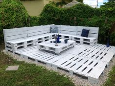 How I made a simple yet effective pallet corner sofa out of 9 Euro pallets for my garden. How I made a simple yet effective pallet corner sofa out of 9 Euro pallets for my garden. Palette Garden Furniture, Pallet Furniture Designs, Pallet Patio Furniture, Diy Garden Furniture, Backyard Seating, Backyard Patio Designs, Diy Patio, Diy Pallet Couch, Diy Terrasse