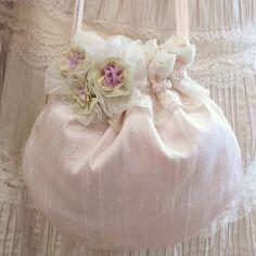 Pochette shabby romantique en soie rose pâle, rococo , dentelle, fleurs en soie et organdi. Organdi, Cute Sister, Silk Ribbon Embroidery, Ribbon Work, Elsa, Baby Shoes, Alice, Creations, Shabby
