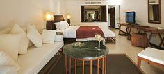 Hôtel Constance Lémuria Resort (Praslin - Seychelles) - Les suites Junior au toit de chaume ont été construites en bois, marbre, calcaire et granit rose. L'emphase est mise sur l'intimité et l'harmonie avec l'environnement naturel. Chaque suite est conçue de façon minimaliste et cependant luxueuse avec de larges salles de bain et des terrasses ou balcons meublés avec un espace privé de salle à manger.