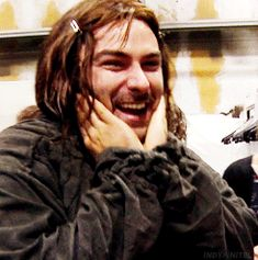 The Hobbit Aidan Turner as Kili wearing hair clips and squishing his face. It does not get more adorable than this. Legolas, Tauriel, Sherlock, Fili Und Kili, O Hobbit, Jrr Tolkien, Poldark, Celebs, Celebrities