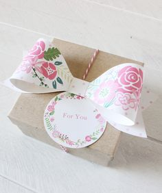 Free printable paper bows and floral wreath tags in 4 spring colors. #giftwrapping