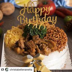 """#Repost @christabellenanetta (@get_repost) Mau rayain birthday family km tp mereka ga suka sama cake atau yg manis2? Nah ini solusi tepat buat kamu yaaa.. skg ud ada savoury birthday """"cake"""" cantik yg ditata persis kaya kue ultah dari @lan.eng_id . . Di foto ini aku cobain 3 jenis rice & noodle tart mereka ada yg dari nasi uduk nasi kuning dan mie goreng Langsung ngiler ngebayanginnya Enak2 semua loh! Lauknya jg cukup banyak yaa.. Jd utk yg RICE CAKE: lauknya ayam gor telur dadar kering temp Best Birthday Cake Designs, Cool Birthday Cakes, Mini Mousse, Mousse Cake, Food N, Food And Drink, Mie Goreng, Catering Food, Rice Cakes"""