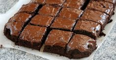 Unforgettable Chocolate Frosted Brownies – 12 Tomatoes Brownie brownie with frosting Chewy Brownies, Homemade Brownies, Frosted Brownies, Chocolate Brownies, Cheesecake Brownies, Chocolate Desserts, Pumpkin Cheesecake, Chocolate Truffles, Brownie Frosting