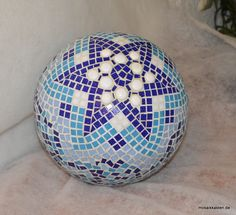 Dekokugel von www.mosaikkasten.com Mosaic Art Projects, Mosaic Crafts, Mosaic Bowling Ball, Classic Fireplace, Fireplace Stores, Garden Globes, Mosaic Patterns, Christmas Balls, Diy Projects To Try