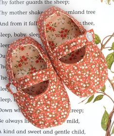 ***PDF PATTERN EMAILED TO YOU WITHIN 24 HOURS OF PURCHASE***      These sweet little Mary Jane shoes are a treat for any baby girl's feet.    They are