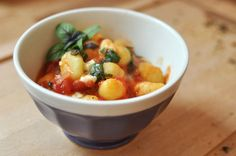Tomatensauce mit Mozzarella und Basilikum