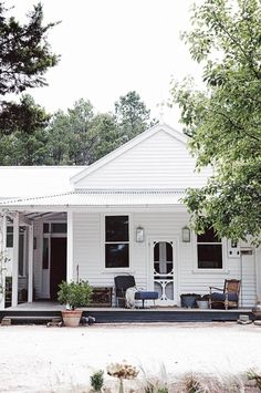 Home Renovation Exterior Our new book, Country Style Dream Homes, features an edit of Australia's best country houses. - Our new book, Country Style Dream Homes, features an edit of Australia's best country houses. Beach Cottage Style, Cottage Style Homes, Cottage House Plans, Country Style Homes, Country Houses, Country Cottages, Country Farmhouse, Country Decor, Cottage Porch