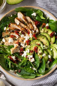Grilled Chicken Sun Dried Tomato and Avocado Spinach Salad – Cooking Classy Gegrillter Hühnersonnengetrockneter Tomaten- und Avocadospinat-Salat – kochend nobel Avocado Spinach Salad, Spinach Salad With Chicken, Spinach Salad Recipes, Grilled Chicken Salad, Grilled Chicken Recipes, Spinach Stuffed Chicken, Baby Spinach, Avocado Chicken, Pesto Chicken