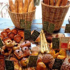 「安くて美味しいものが多い」と言われる大阪では、パンも例外ではありません。ということは、美味しさレベルの高いパン屋さんもたくさんあるはず!地元で親しまれる、美味しいと評判の人気おすすめパン屋さんを7店ご紹介します。(なお情報は記事掲載時点のものです。詳細は公式サイトなどでも事前確認することをおすすめします。) Breads, Bakery, Stuffed Mushrooms, Vegetables, Food, Bread Rolls, Stuff Mushrooms, Essen, Bread