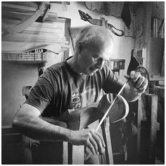 """[#creatoadarteveneto] Questa bella foto di @crlmion pubblicata su La @nuovavenezia ci riporta a #Venezia nel 'sestiere' Dorsoduro per conoscere un altro artigiano.  Saverio Pastor ha messo piede in una bottega di un maestro remèr quando aveva 16 anni. Lo ha fatto per curiosità. Ha poi chiesto al maestro se poteva andare """"a bottega"""" per imparare. Ha iniziato guardando poi gli è stato consentito spazzare la bottega. Ora Saverio è un maestro delle forcole. E come tutti i veri Maestri è umile…"""