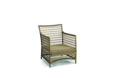 Manutti // Outside lounge chair in wicker. Malibu's elegant wicker frame is entirely woven by hand. Thanks to the use of high-quality thermoplastic fibre, the pieces can withstand even the most extreme temperatures – Malibu Collection #outdoorfurniture #outdoorluxury Outdoor Lounge, Outdoor Chairs, Outdoor Furniture, Outdoor Decor, Wicker Lounge Chair, Luxury, Elegant, Frame, Design